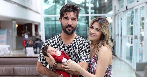 Sandro Pedroso carrega Noah em saída de maternidade ...
