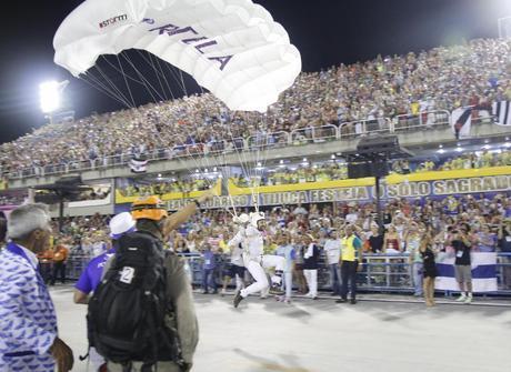 Portela faz desfile cheio de efeitos especiais na Marquês de Sapucaí