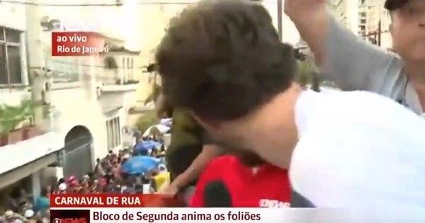 Repórter da Globo News ganha beijo na boca enquanto transmitia ...