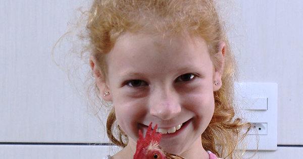 Domingo Show apresenta a garotinha que não desgruda do galo de ...