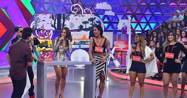 Ao lado de Belo, Sabrina Sato mede atributos de Gracyanne Barbosa