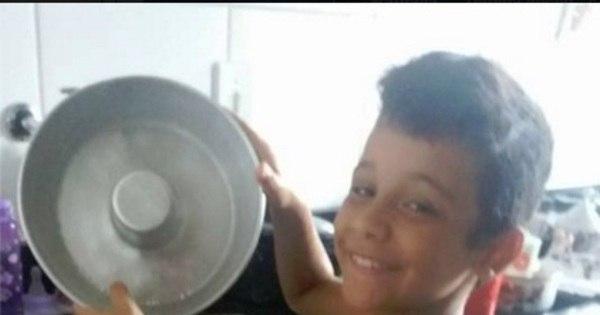 diz mãe criticada por postar foto do filho lavando louça