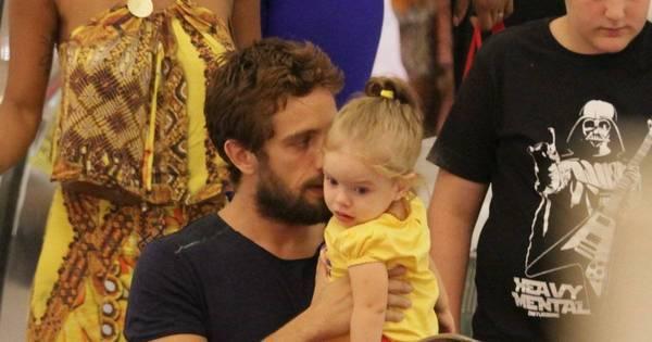 Rafael Cardoso é flagrado em momentos cheios de fofura com a filha