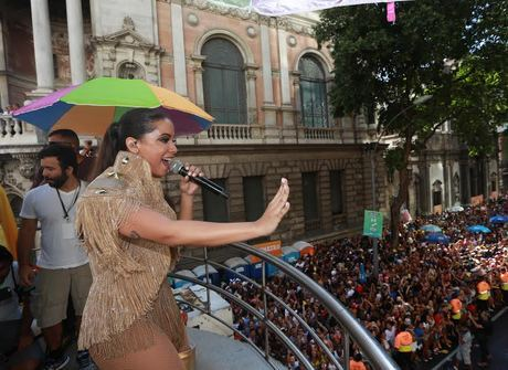 Com famosos, Anitta arrasta multidão com Bloco das Poderosas