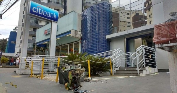 Suspeitos explodem caixas eletrônicos em agência bancária na ...