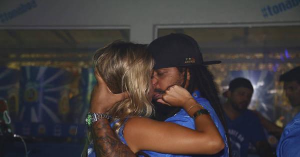 Falcão, do Rappa, dá beijão em loira no Rio de Janeiro - Fotos - R7 ...
