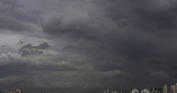 """Chuva forte transforma """"dia em noite"""" em SP e coloca cidade em ..."""
