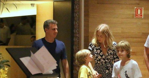 Angélica e Luciano Huck aproveitam noite de folga com os filhos ...