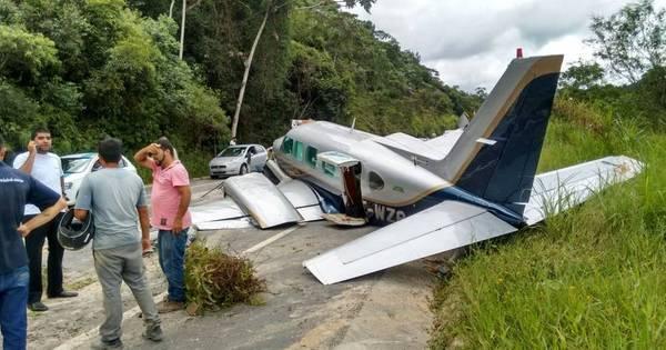 Avião faz pouso de emergência em rodovia da Grande São Paulo ...