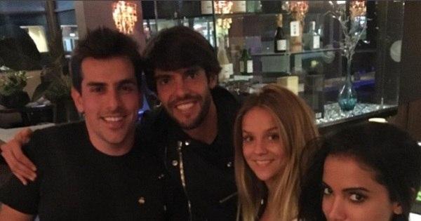 Kaká tieta Anitta e posta foto com cantora em restaurante nos ...