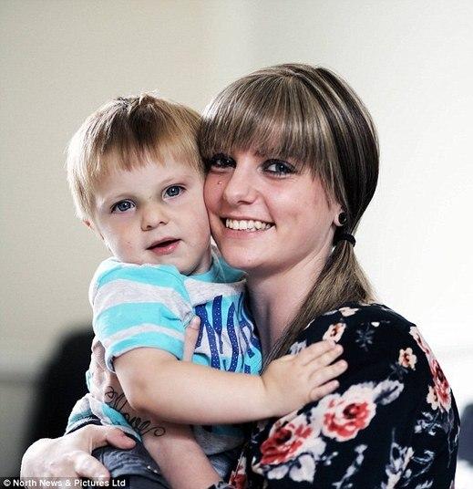 Uma jovem mãe de 22 anos morreu após ter sido diagnosticada com câncer de colo de útero terminal. Por causa da pouca idade, ela não foi autorizada por laboratórios médicos a realizar o exame periódico 'papanicolau' — que poderia ter detectado a doença previamente, aumentando as chances de ela sobreviver. As informações são do portal de notícias britânico Daily Mail