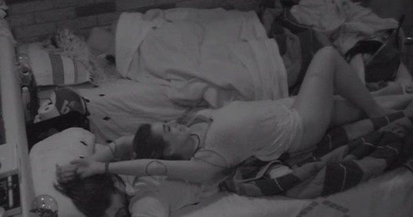 Juliana se deita sobre Renan após festa e dá carinho - Fotos - R7 ...