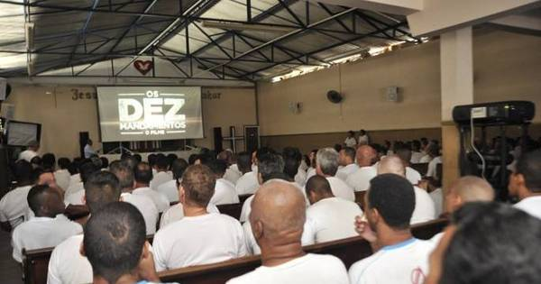 Detentos assistem ao filme de Os Dez Mandamentos em presídio de ...
