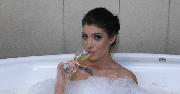 Capa da Sexy fotografa em banheira e mostra demais - Fotos - R7 ...