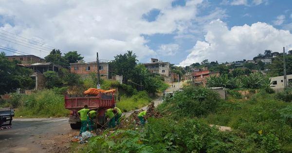 Detentos limpam ruas para combater mosquito da dengue em Minas
