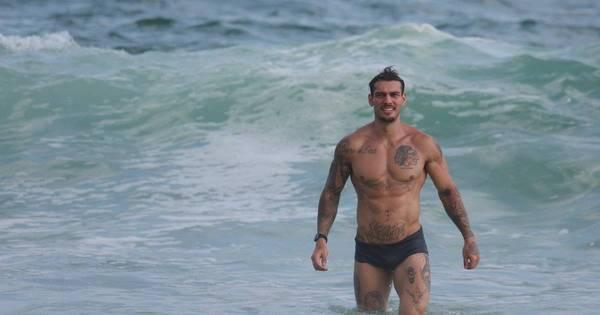 Que saúde! Lucas Lucco exibe peitoral (e muito mais!) em dia de praia