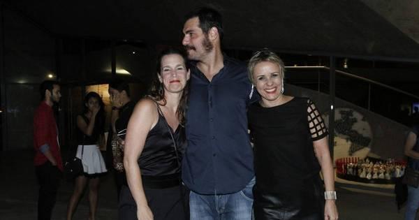 Que crise? Thiago Lacerda recebe o carinho da mulher em estreia ...