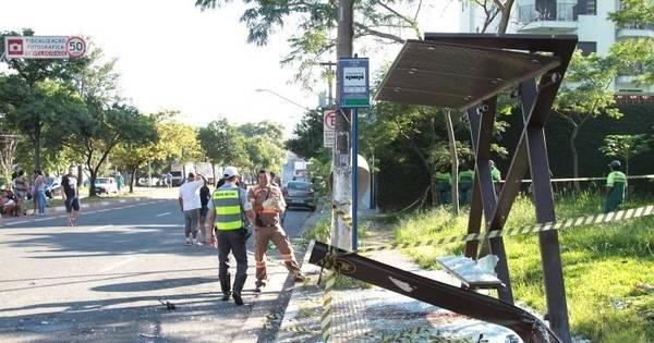 Dois morrem após moto bater em ponto de ônibus na zona norte de ...