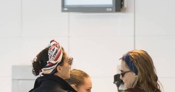 Os fotógrafos flagraram o momento intimo das duas no aeroporto de ...