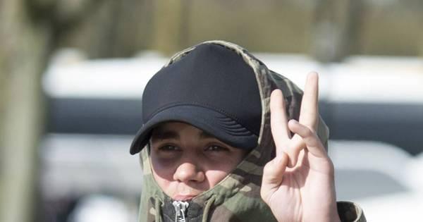 Justin Bieber anda por Londres com o rosto coberto para esconder ...