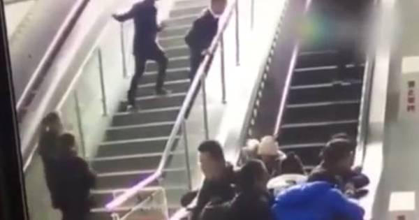 Escada rolante surpreende ao alterar sentido e arremessa chineses ...