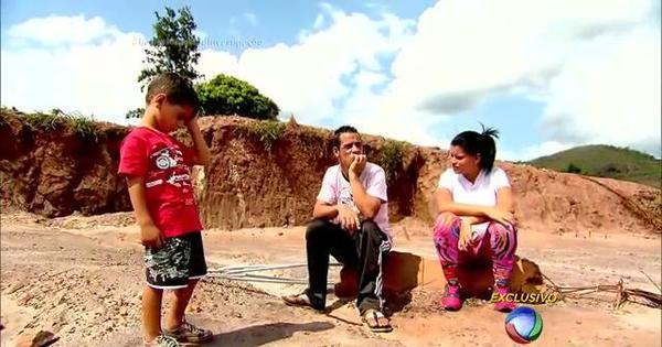 """Dor e emoção! Casal que perdeu a filha no meio da lama diz: """"Só ..."""