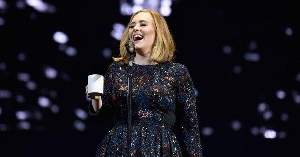 Em estreia de turnê, Adele ajuda fã com pedido de casamento no ...