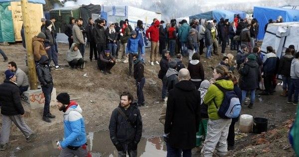Migrantes do campo de Calais atacam caminhões e a polícia ...