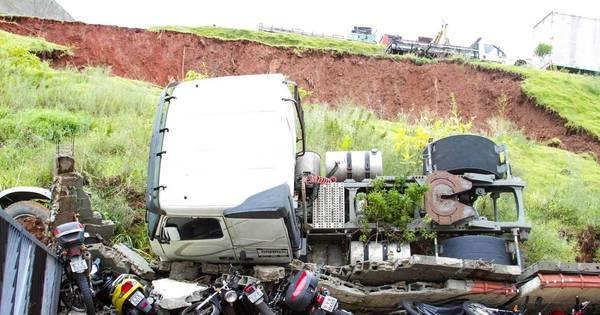 Caminhões despencam em condomínio e destroem muro e ...