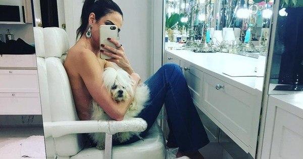 Ousada! Luciana Gimenez faz topless e esconde seios com cachorro