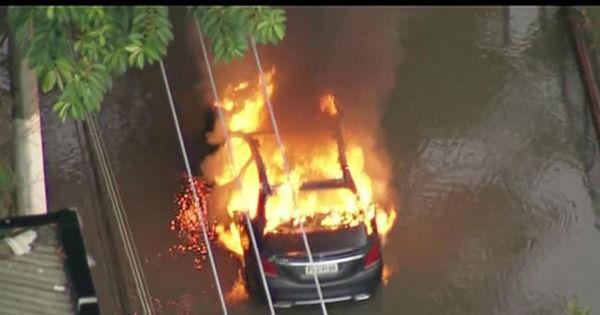 Carro de luxo vira bola de fogo durante temporal em São Paulo ...