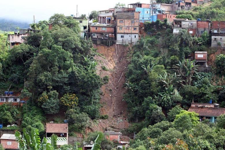 De acordo com o Corpo de Bombeiros, 13 mortes foram por deslizamento de terra — sendo nove em Francisco Morato e quatro em Mairiporã — e duas por afogamento, uma em Guarulhos e outra em Cajamar