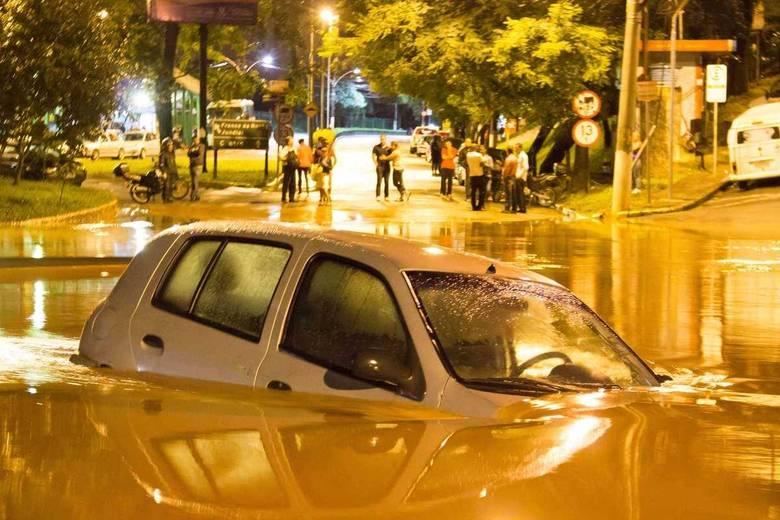 Na foto, alagamento no centro de Caieiras, na Grande São Paulo. Pessoas ficaram ilhadas, veículos ficaram submersos e alguns foram arrastados pelas águas