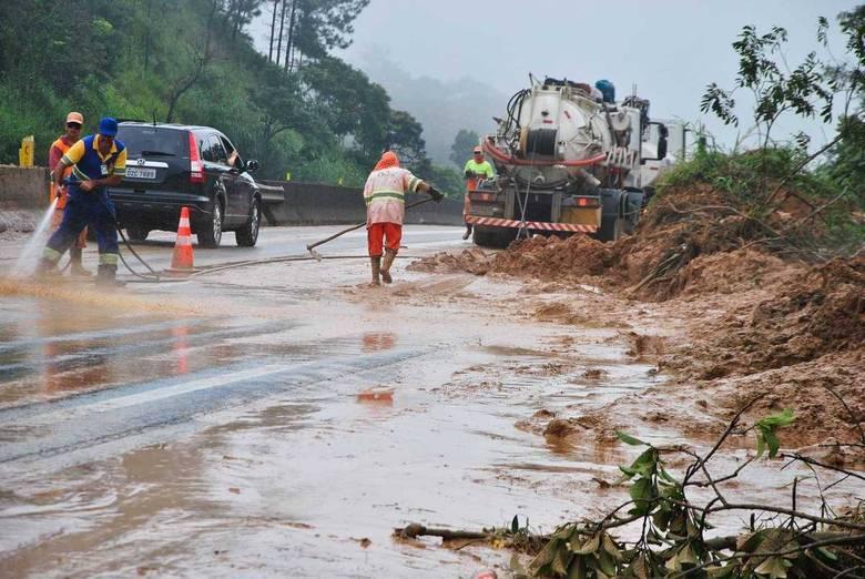 A pista expressa da Via Dutra, que liga São Paulo ao Rio de Janeiro, ficou bloqueada no km 191, sentido Rio, na altura da cidade de Santa Isabel (SP). Uma queda de barreira provocou a interdição no início da madrugada desta sexta-feira, informou a concessionária NovaDutra