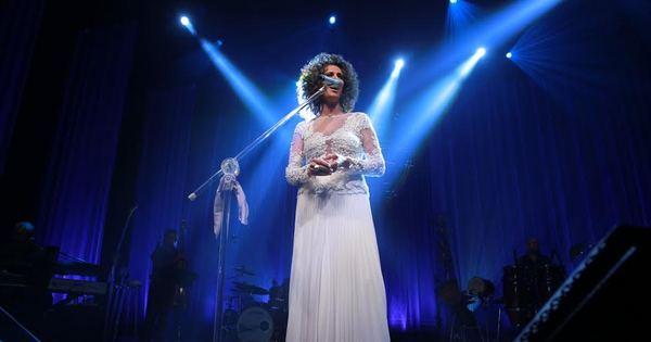 Vestida de noiva, Simone se apresenta para plateia cheia de famosos