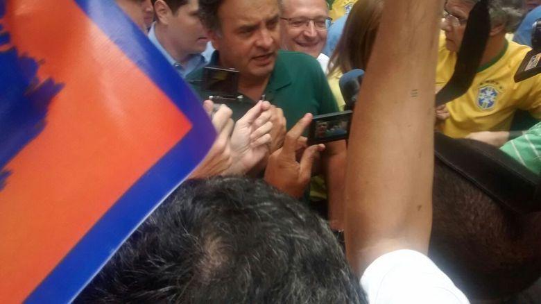 """Geraldo Alckmin e Aécio Neves chegam à Paulista sob vaias e gritos de """"corruptos"""" e"""