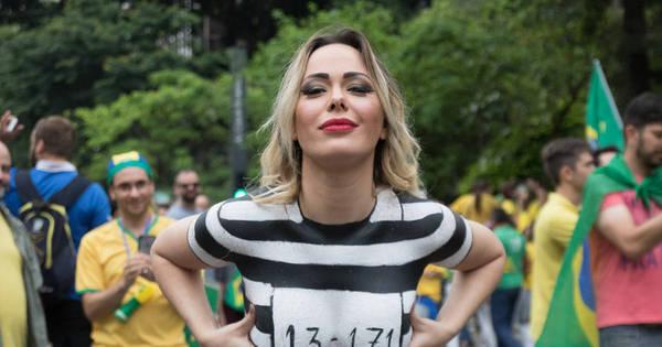 Musa da Manifestação dispensa roupa e faz protesto nua em São ...