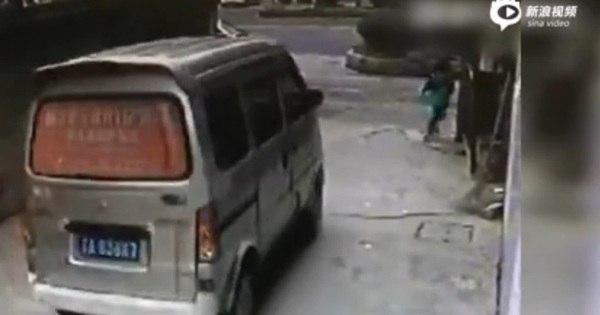 Menino chinês de 4 anos é atropelado por van, não é socorrido e ...