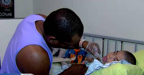 Pedreiro quase cego se torna enfermeiro para cuidar do filho ...