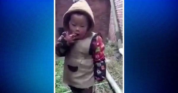 Criança fumando sob supervisão do próprio pai choca a internet ...