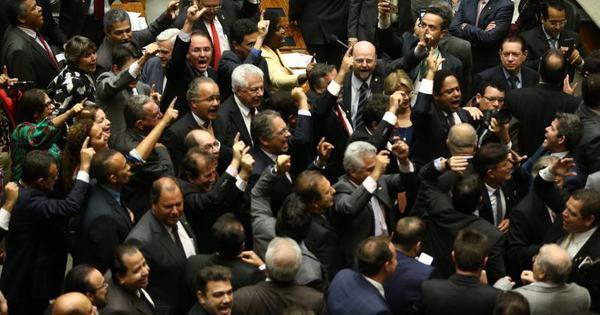 Parlamentares pedem renúncia de Dilma no plenário da Câmara ...
