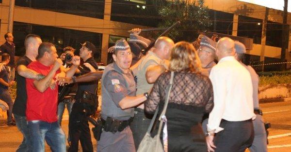 Polícia Militar usa bombas de gás lacrimogêneo em ato em frente a ...