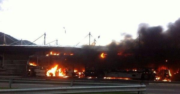 Ônibus e estação do BRT pegam fogo e av. das Américas é ...