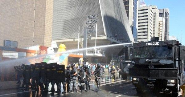 PM usa jato de água e bombas para retirar manifestantes da Paulista