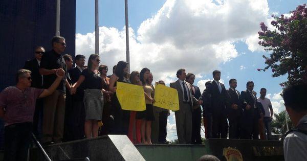 Delegados da PF fazem abraço simbólico de apoio à Lava Jato ...