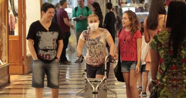 Com ajuda de andador, Claudia Rodrigues passeia em shopping ...