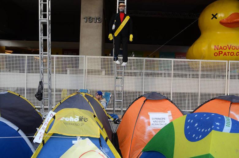 Manifestantes pró-impeachment continuam em frente ao prédio da Fiesp, na avenida Paulista, nesta segunda-feira (21). Algumas barracas continuam armadas, mas elas não atrapalham o trânsito na região
