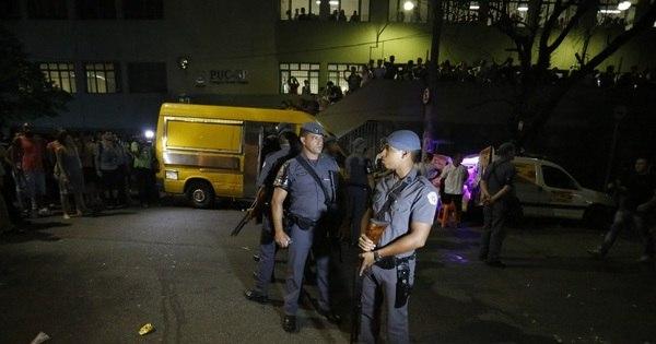 PM lança bombas contra estudantes anti-impeachment na PUC-SP ...