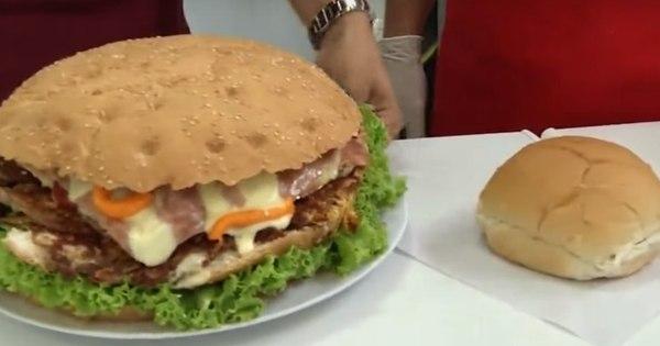 Vai encarar? Lanchonete monta sanduíche gigante que pesa 4 kg ...