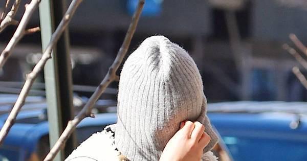 Para evitar fotógrafos, Jennifer Lawrence coloca touquinha de frio ...